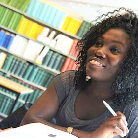 图书馆的微笑女士